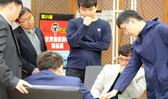 원성진, 2국 패배 후… 열기 식은 대국장