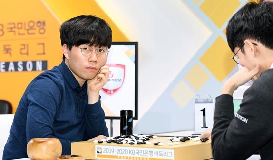 """한국물가정보 주장 신민준 """"제가 이기면 팀이 이긴다고 생각"""""""